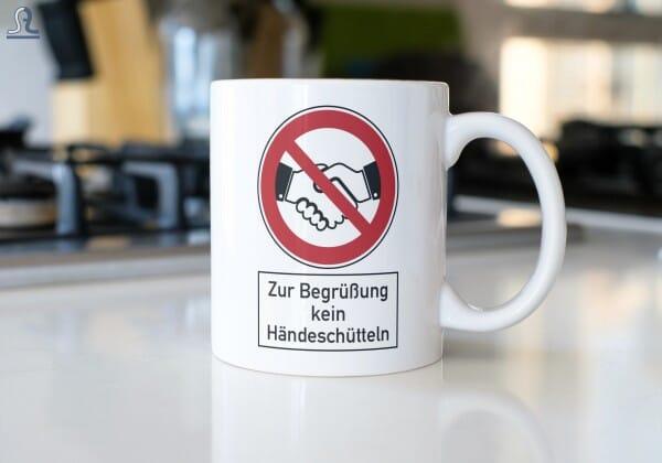 """Keramiktasse """"Zur Begrüßung kein Händeschütteln"""""""