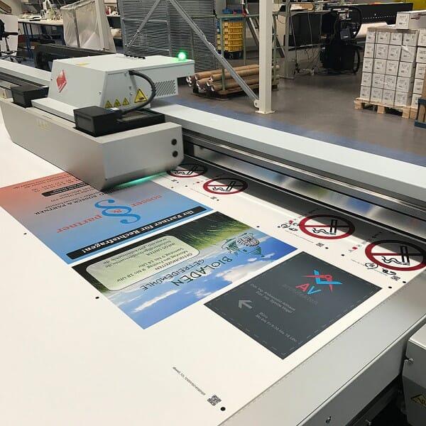Schild Alu Verbundplatte 297x210x mm weiss / CMYK UV-Digitaldruck
